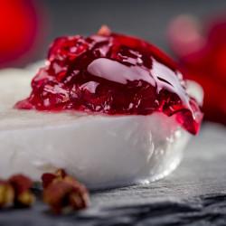 Salsa dulce de frambuesas con pétalos de rosa y pimiento de sichuan